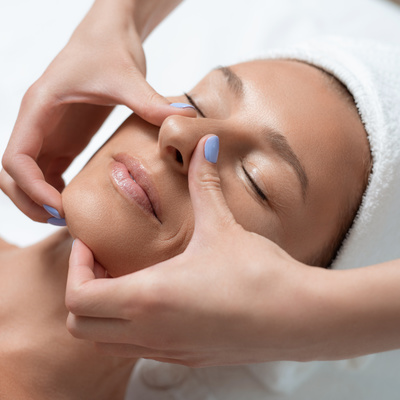 Donnez un coup d'éclat à votre visage avec nos massages bien-être antirides